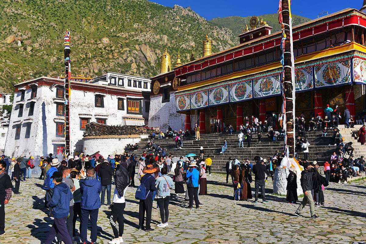 Pilgrims during Shoton Festival at Drepung Monastery | Photo by Liu Bin