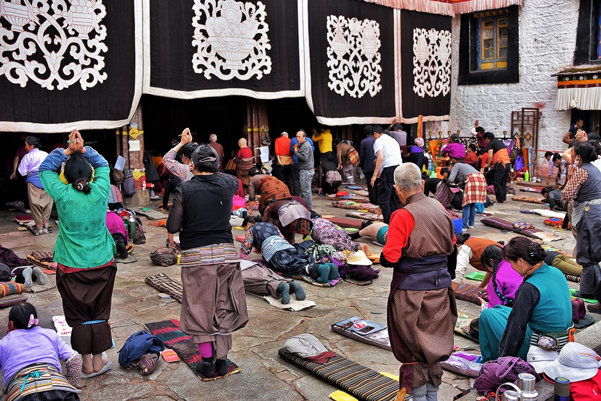 Pilgrims at Jokhang Temple | Photo by Liu Bin